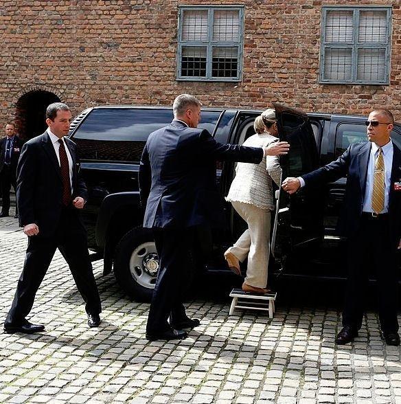 Secret Service agent dances when Trump win announced.